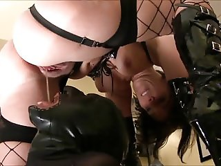 Mega Pee Load for him - In sein Maul gepisst