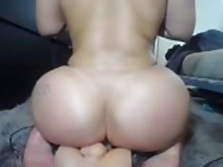 Hot bubblebutt pawg naked on webcam shaking riding dildo