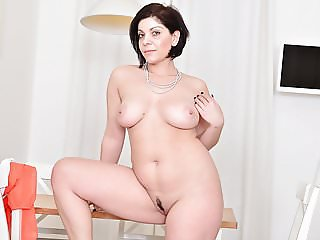 Euro milf Nicol lets us enjoy her curvy body