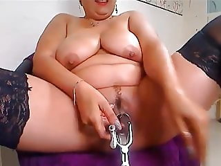 FAT MATURE FIST HER ASS