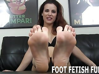 I love it when naughty boys like you jerk off to my feet