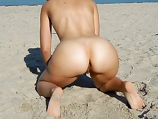 Marquisedepopo loves to ride her dildo at the beach