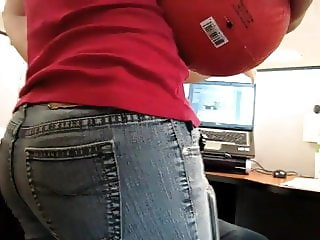Sexy Pinay co-worker in tight jeans