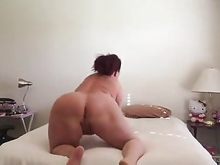 Sexy milf wiggling ass