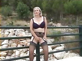 milf outdoor flash