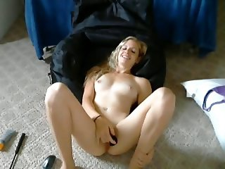 She masturbates on the floor