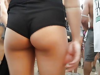 Fucable ass in mini shorts
