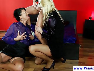 Les pissloving euros toying and licking pussy