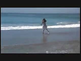 Jennifer Connelly charming at the beach