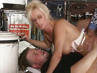 40+ Deutsche slut gets double penetrated at the auto service