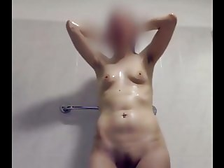 House guest showers her svelte body