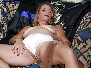 American milf Jayden Matthews strips off and finger fucks