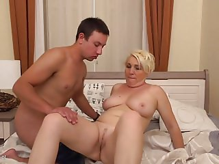 Curvy mature mother suck n fuck young guy