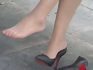 My nylon feet in high-heels in the park !