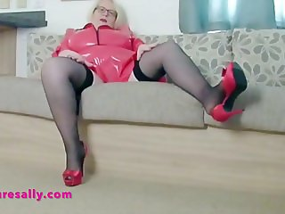 Granny in red pvc flashes her snatch