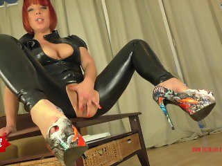 Instruction to jerk on JolyneJoy's high heels