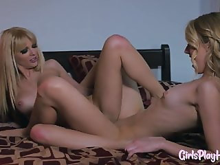 Inked lesbian pussylicking before scissoring