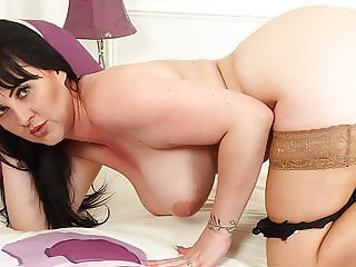English milf Amber Leigh fucks her fanny with a dildo