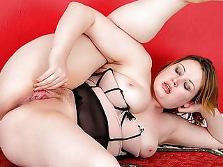 Thick MILF loves pleasuring herself