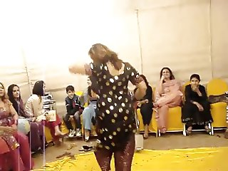 hot paki aunty dance at wedding..