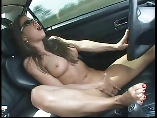 Naked chick ORGASM while driving in public
