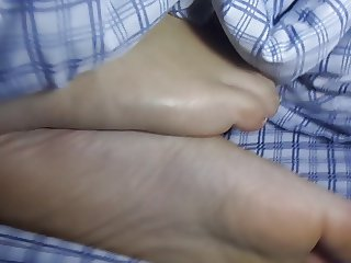 cumming on gf's feet while she in bed