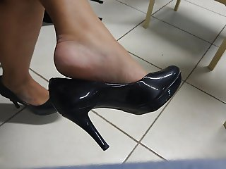 Candid tatoo feet high heels shoeplay dangling in college