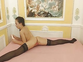 Flexible Babe Masturbate her Pussy on Cam