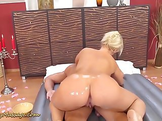round ass Lilith Lee gives slippery massage