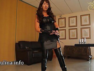Mature Leather Herrin Carmen Buttplugset fuer Sissy Training