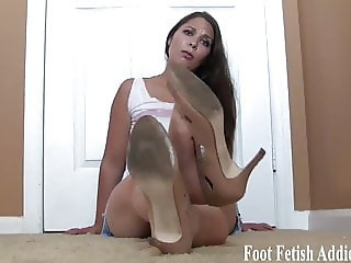 I want you to suck my cute little pink toes