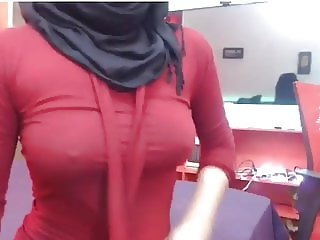 Sexy Muslim Hijabi Boobs on Webcam