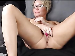 mom rubbing her meaty pussy on webcam