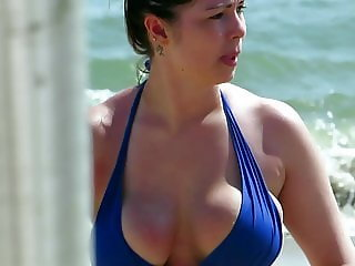 Perfect huge boobs MILF in bikini at the beach !