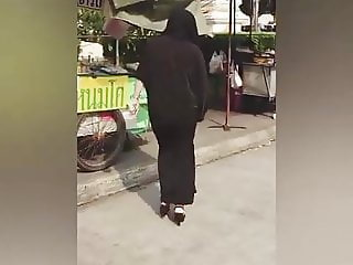 Hijabi girl down the street shaking her ass (SLOW MOTION)