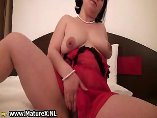 Mature brunette womaan is wanking part5