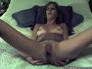 Mature amateur dildoing herself on cam