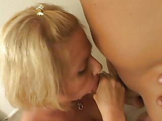 Blonde hottie likes to swallow