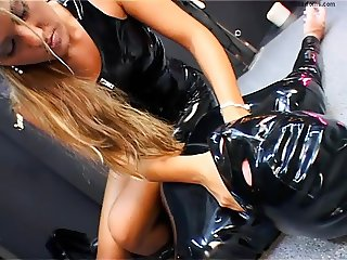 Blonde Domme in latex