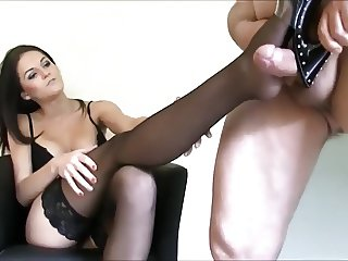 German Babe in Nylons - Heeljob
