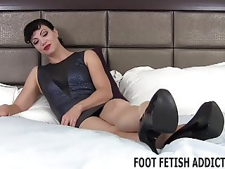 Lick and worship my sexy size 10 feet