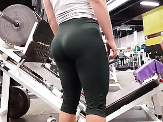 Candid omg hot pawg in green leggings!!