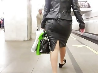 Big wide ass in black leather skirt