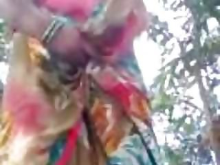 bhojpuri aunty showing boob and shaved pussy outdoor