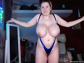 Large natural tits posing on webcam
