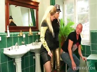 Dude peeing on slut gets dick sucked