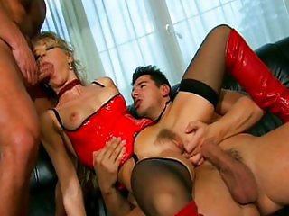 Bambola sexy blonde MILF double penetrated