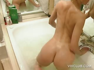 Cunt pleasing with naked hottie in bathtub