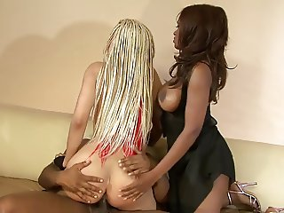 Two hotties enjoy a threesome FFM