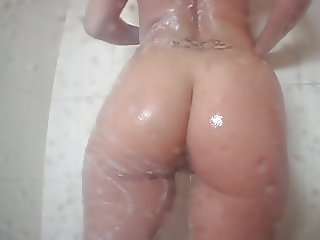 Sexy brunette with bouncy round ass takes shower